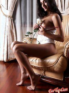 Ухоженная девушка оголила свое тело. Эро фото девушек