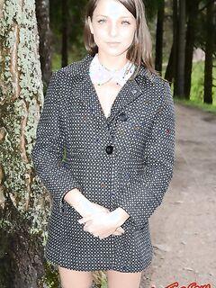 Юная девочка в чулках без трусиков фото
