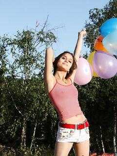 Молодая девушка снимает шорты фото