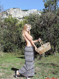 Голая девушка позирует в саду фото