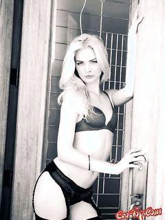 Блондинка в чулках показала свои прелести. Фото девушек в чулках