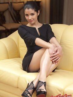 Девушка в черном платье . Фото девушек