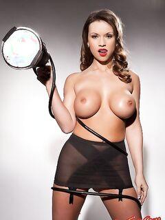 Голая девушка со скотчем показывает большие сиськи фото
