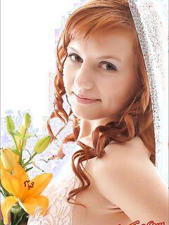 Красивая рыжая девушка с цветами фото