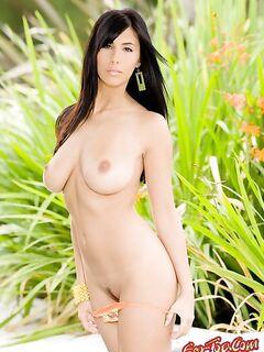 Шикарная брюнетка показала свою грудь. Фото голых девушек