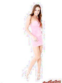 Девушка в розовом платье показала свою киску. Фото голых кисок