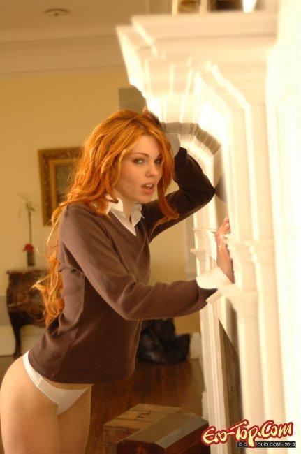 Голая девушка с длинными рыжими волосами фото