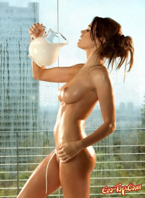 Голая в молоке с красивой грудью. Эро фото девушек