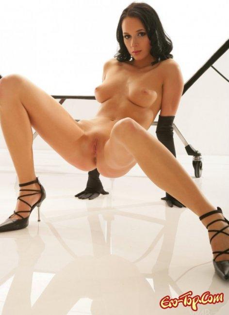 Голая в туфлях показала свою киску. Фото голых девушек