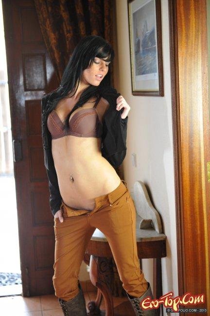 Девушка в штанах без трусиков показала сиськи фото
