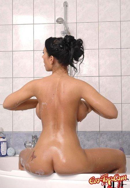 Девушка в пене ласкает свое тело. Фото голых девушек