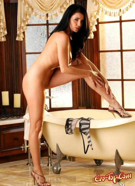 Опытная брюнетка показала сиськи. Фото голых брюнеток