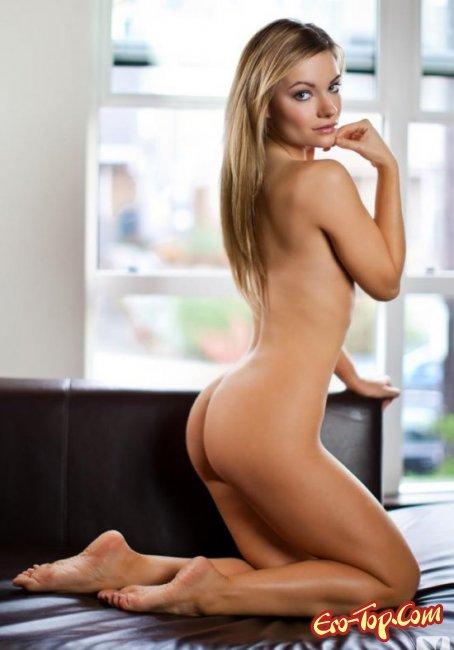 Девушка снимает лифчик демонстрируя свою грудь. Фото голых сисек