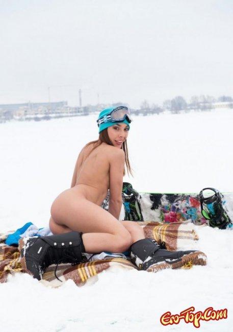 Голая на снегу показала свои прелести. Фото голых девушек