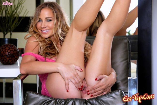 Сексуальная девушка в розовом эротично позирует фото
