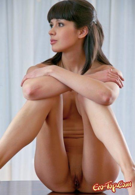 Твердые соски и маленькая грудь. Фото голых девушек