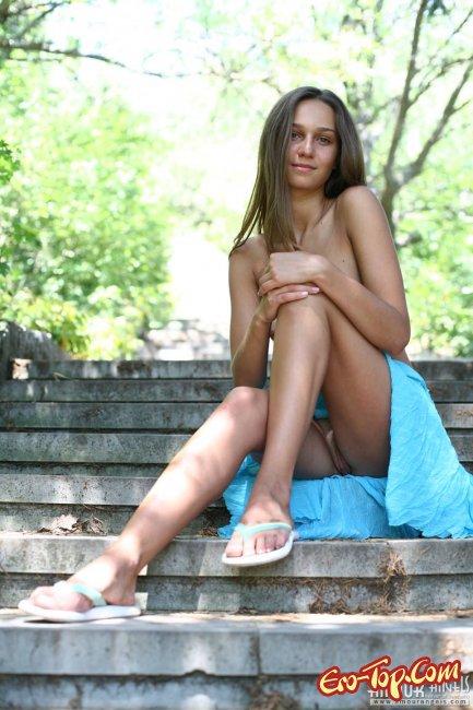 Голая девушка разделась в публичном месте фото