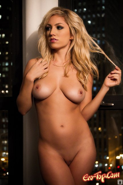 Блондинка Jade Bryce показывает сиськи фото