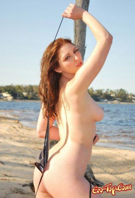 Разделась на пляже оголив свои сиськи. Фото голых девушек