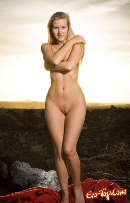Голая девушка на дороге показала свою грудь. Фото голых девушек