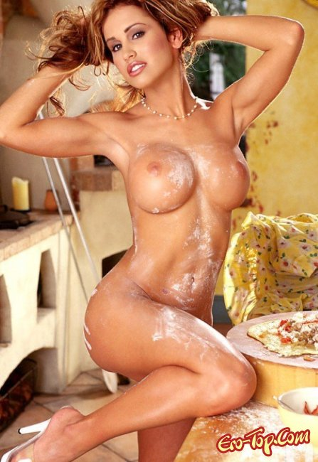 Красивая домохозяйка показала свои сиськи. Фото голых женщин
