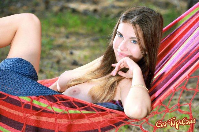 Голая девушка с большими сиськами лежит в гамаке фото