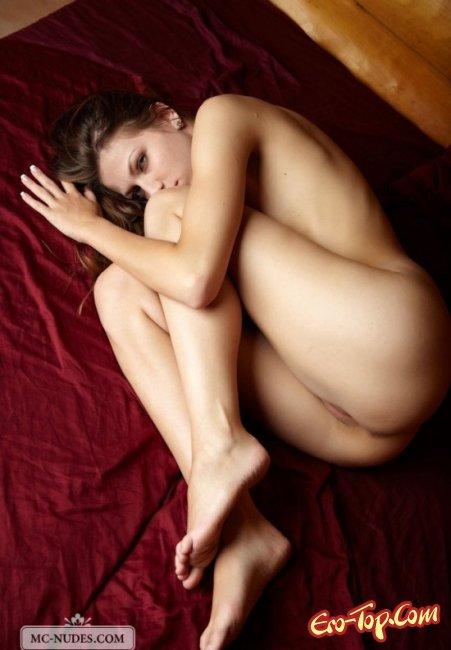 Молодая показывает писю и грудь. Фото голых пись
