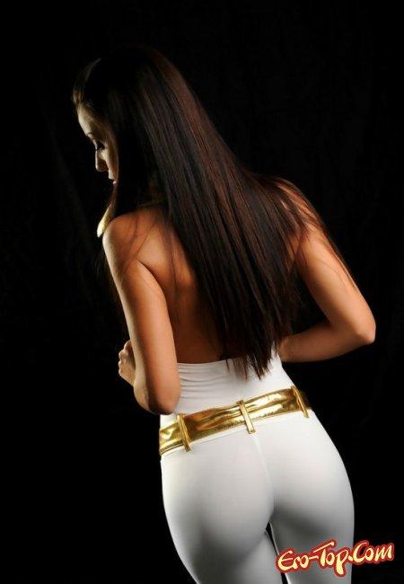 Девушка в кожаном костюме оголила свои сиськи. Фото голых девушек