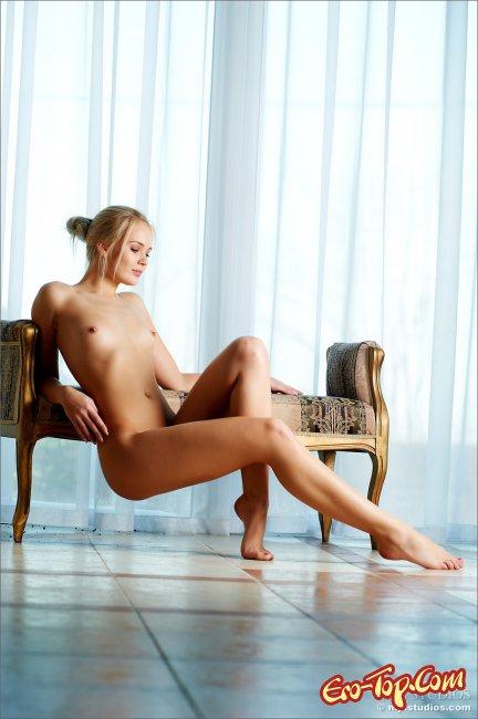 Сексуальная красотка позирует нагишом фото