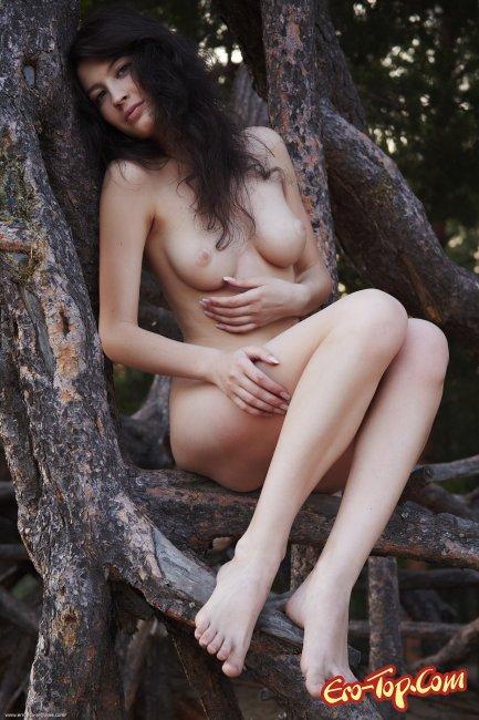 Голая девка показывает жопу фото