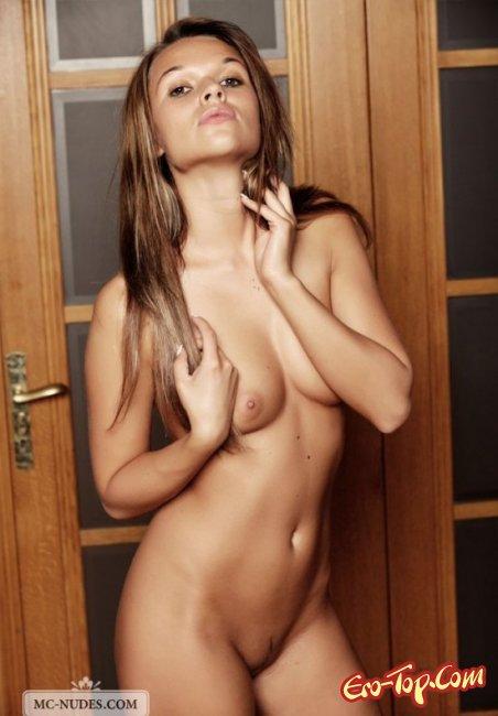 Красивая соседка показала свои сиськи. Фото голых сисек