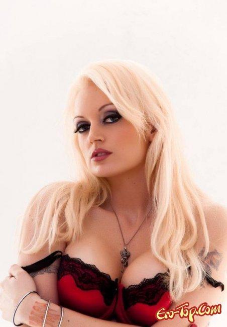 Зрелая блондинка в чулках показала свои сиськи. Фото голых блондинок
