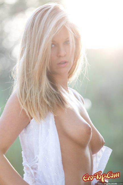 Сексуальная девушка блондинка раздевается фото