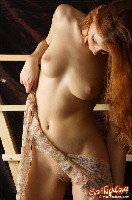 Красивая рыжая модель раздевается фото