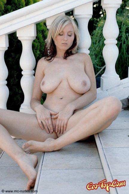 Здоровые голые сиськи блондинки фото
