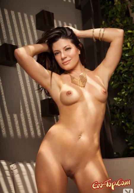 Брюнетка с голыми сиськами и красивой попой. Фото голых брюнеток