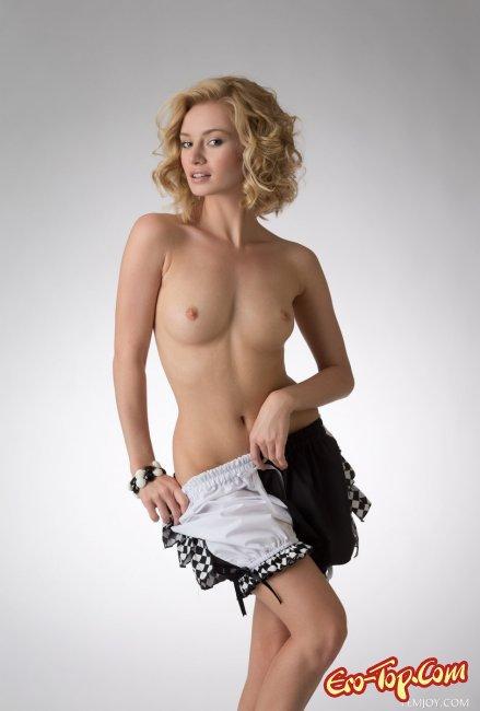 Стройная блондинка раздевается догола фото