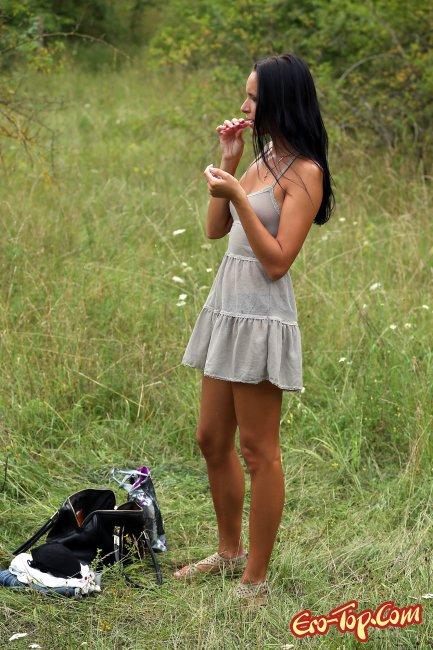 Голая телка с длинными ногами на природе фото