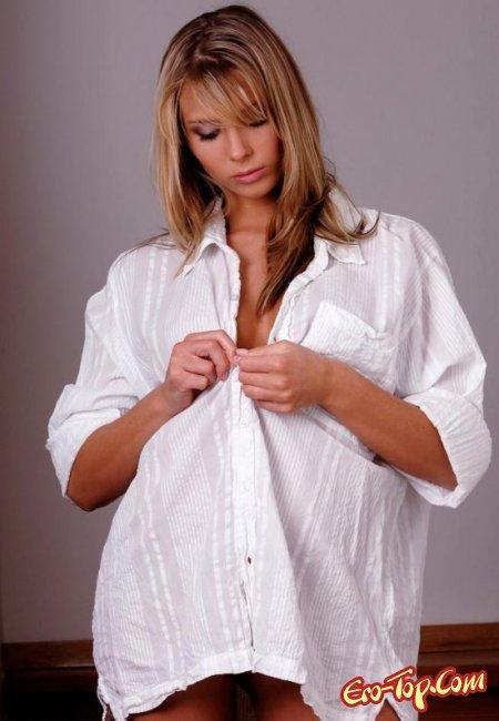 Девушка в белой рубашке показала свои сиськи. Фото голых девушек