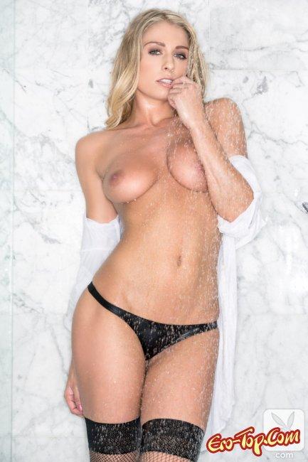 Девушка в мокрой рубашке и чулках под душем фото